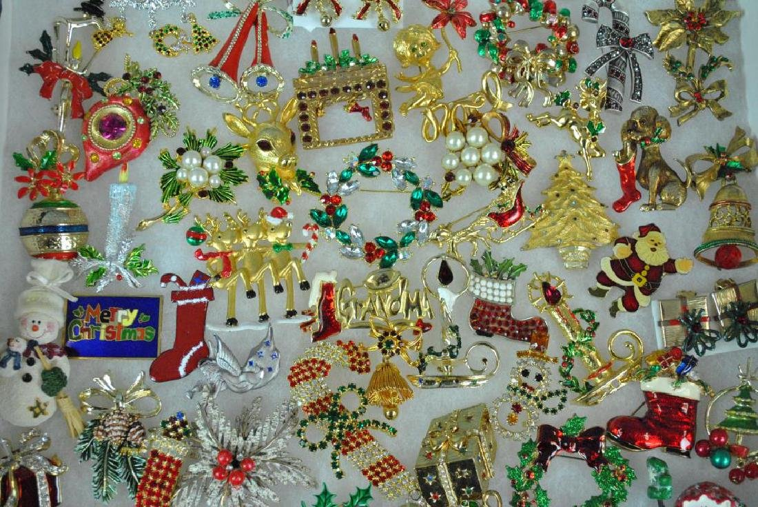 (300+) COSTUME CHRISTMAS JEWELRY, MOSTLY PINS - 3