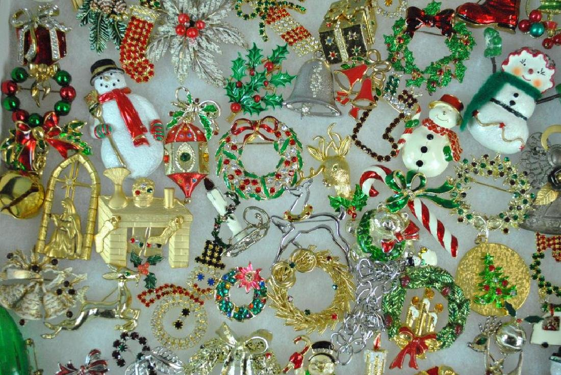 (300+) COSTUME CHRISTMAS JEWELRY, MOSTLY PINS - 4