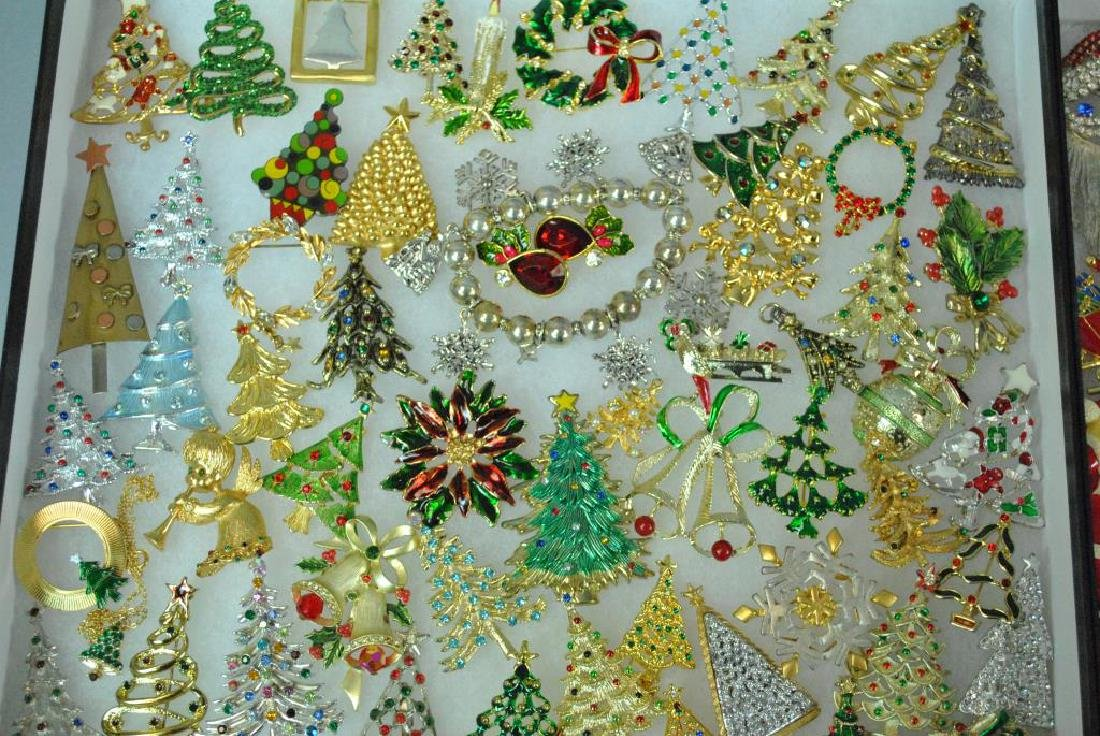(300+) COSTUME CHRISTMAS JEWELRY, MOSTLY PINS - 7