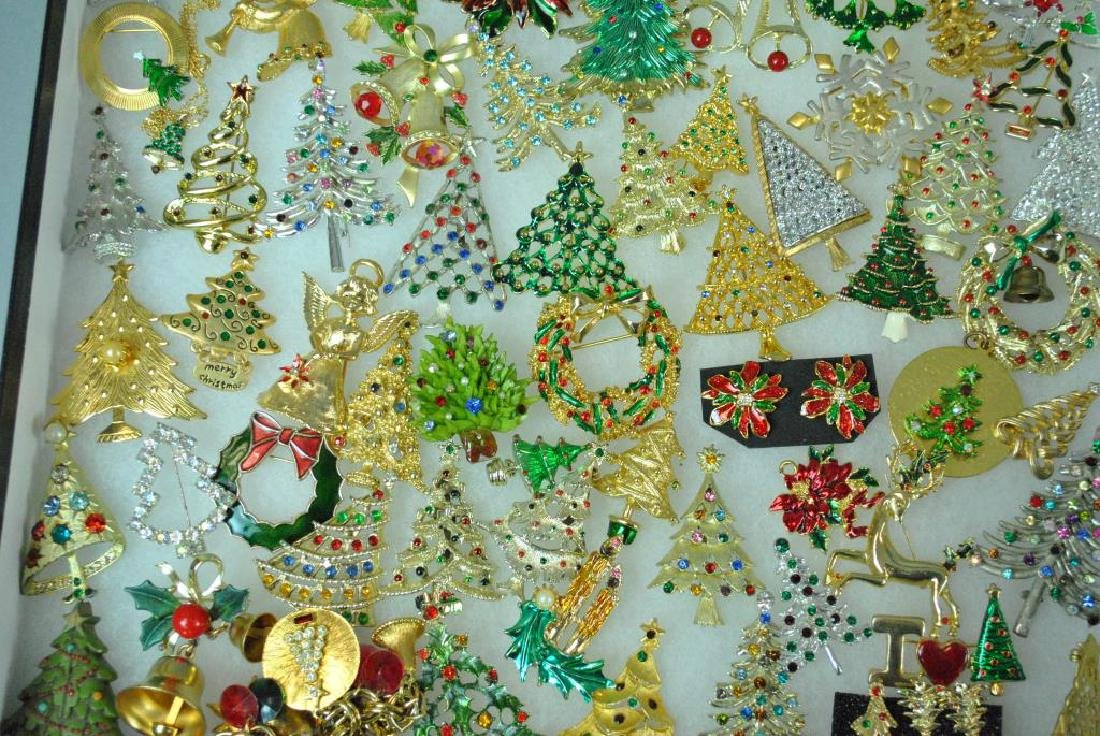 (300+) COSTUME CHRISTMAS JEWELRY, MOSTLY PINS - 8