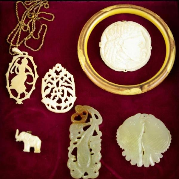 171: 7-PIECE ASIAN-STYLE JEWELRY GROUP comprising a bam
