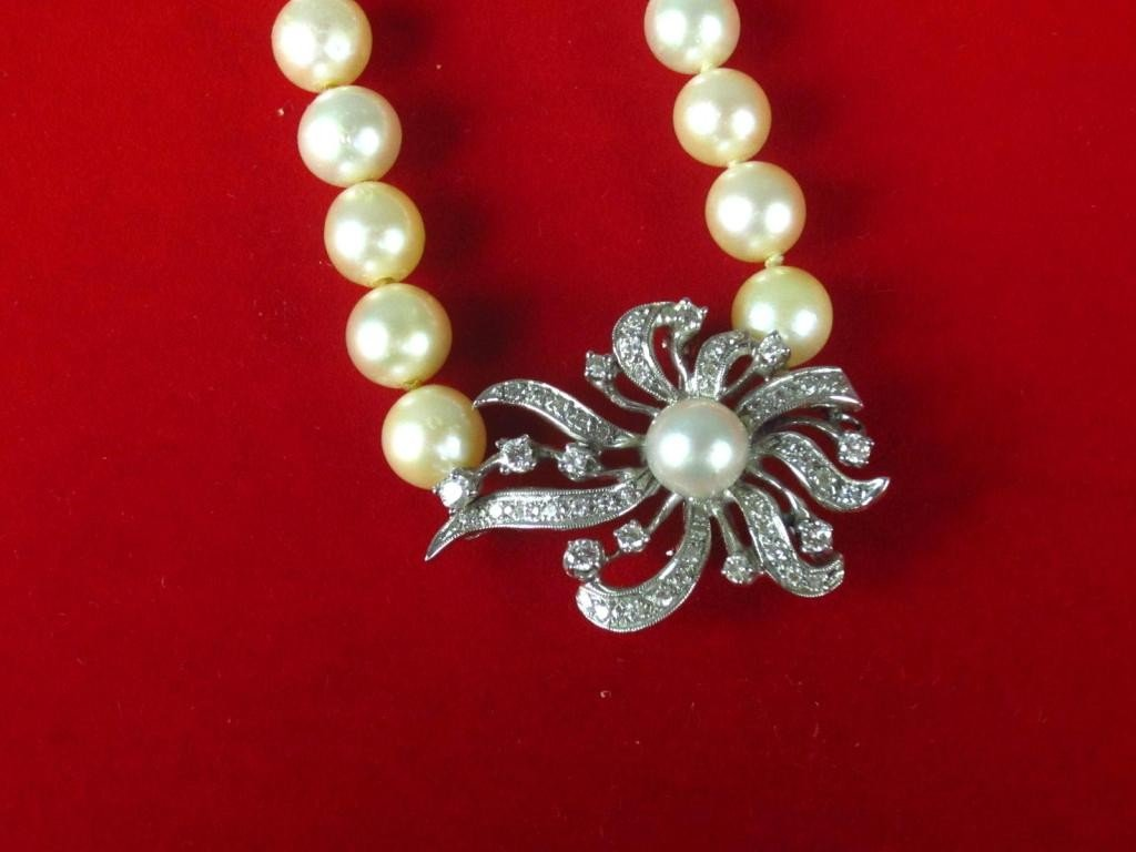 130: CULTURED PEARL NECKLACE WITH DIAMOND PIN CLASP