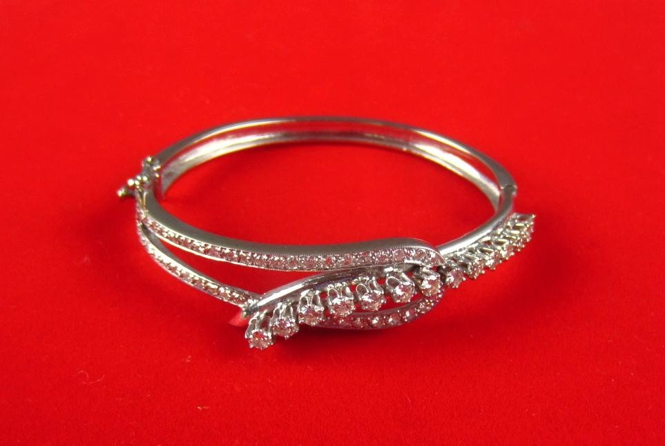 137: DIAMOND LOOP-DESIGN HINGED BANGLE, 1.50CTW