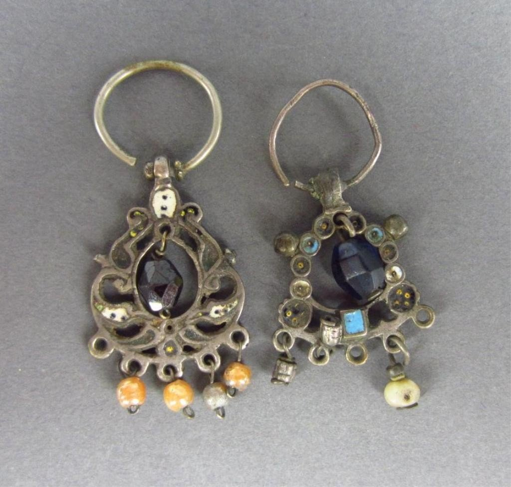 1: TWO SIMILAR RUSSIAN EARRINGS, 17TH CENTURY