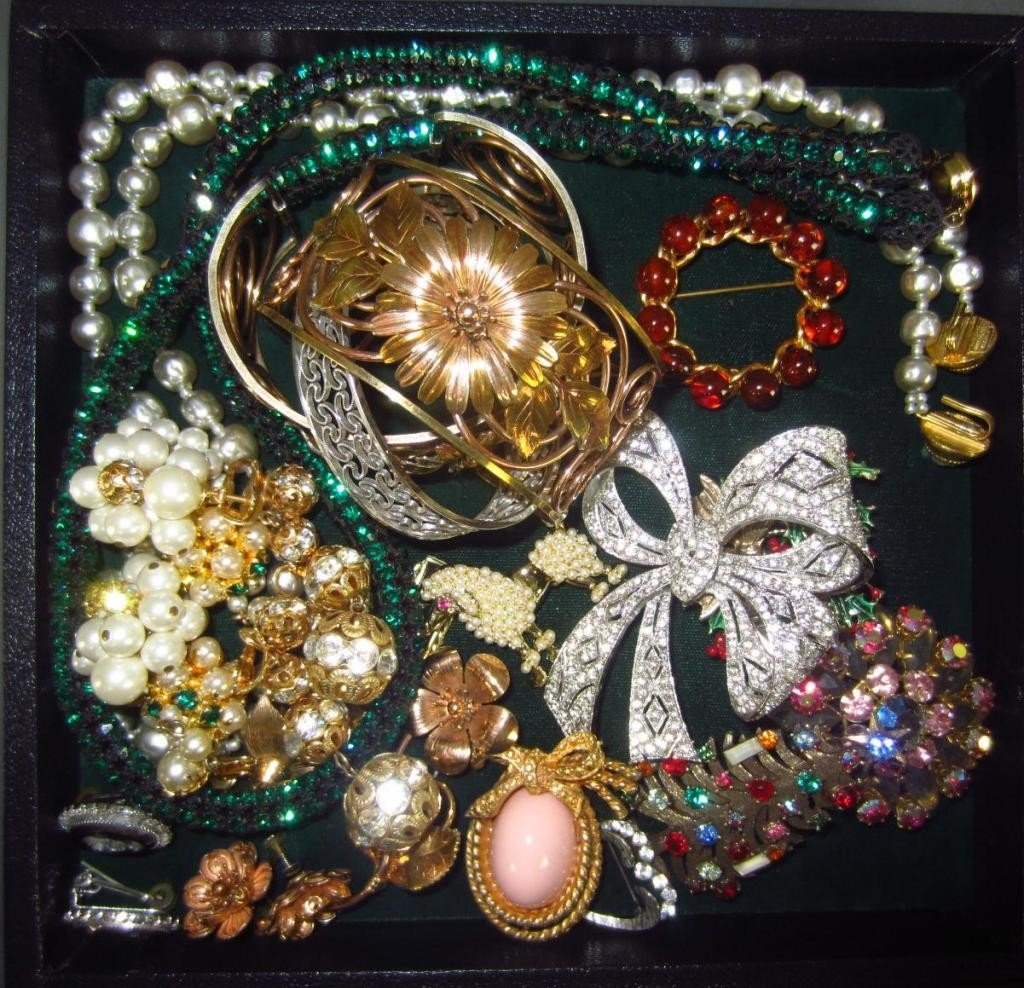 271: 20-PIECE COSTUME JEWELRY GROUP, MOST SIGNED