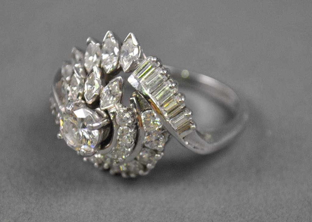 30: DIAMOND AND PLATINUM CLUSTER RING, 2.50CTW