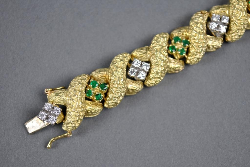 31: GOLD, DIAMOND AND EMERALD BRACELET, 2.40CTW