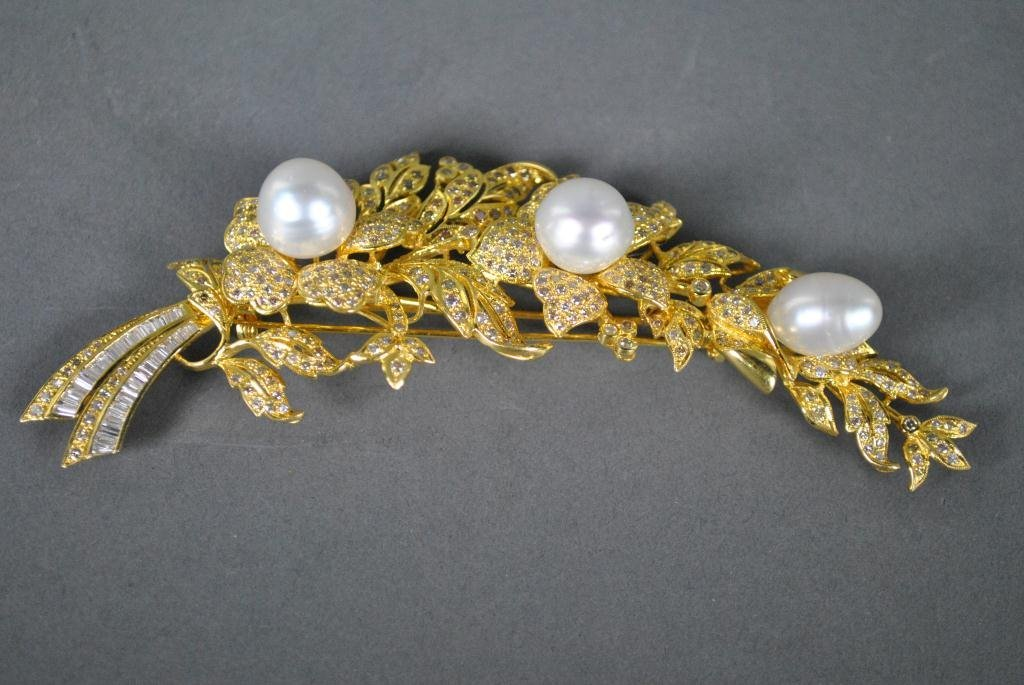 4: 22K PEARL AND DIAMOND FLOWER BROOCH OF LARGE SIZE