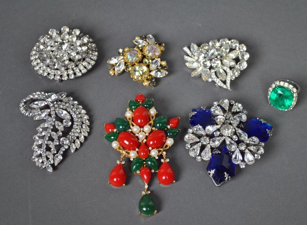 6 CHUNKY BROOCHES AND A RING - HOBE, WEISS, ETC.