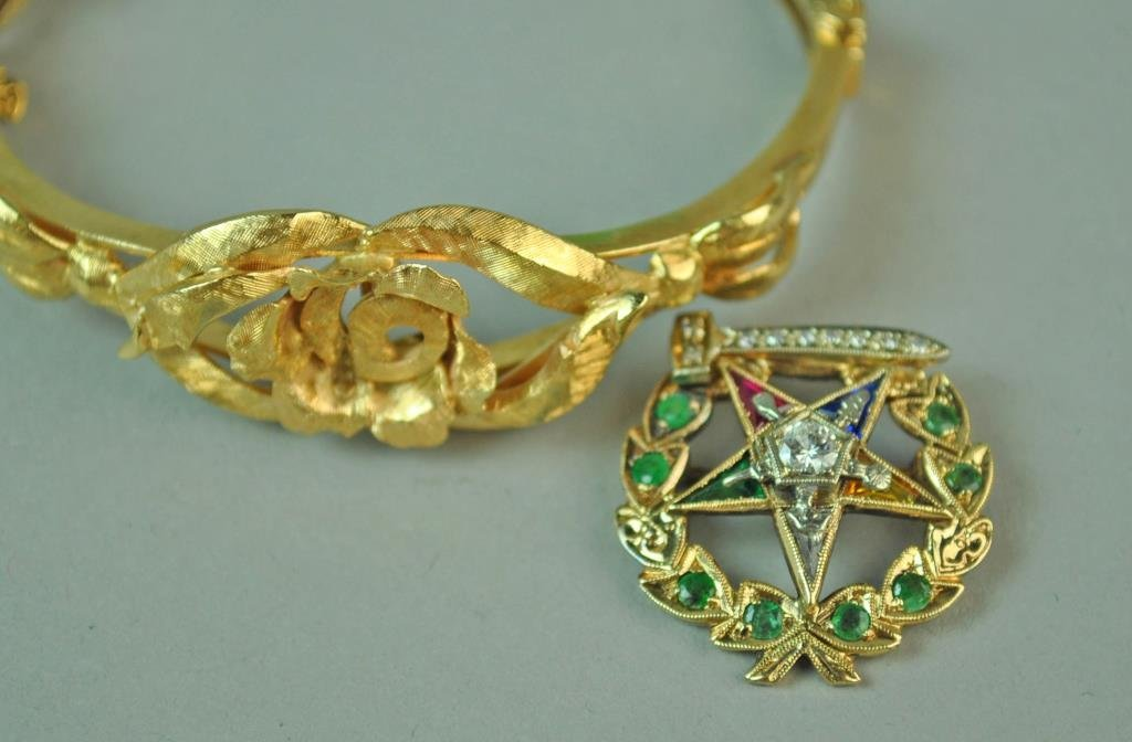 GOLD BANGLE WITH FITTED EASTERN STAR BROOCH - 3