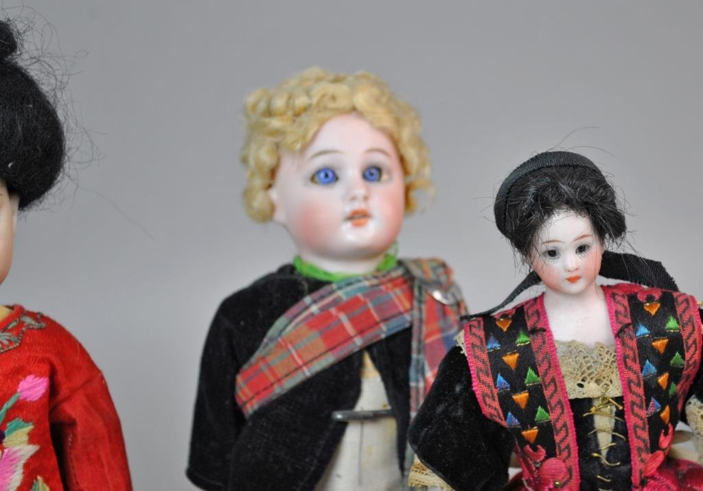(9) INTERNATIONAL DOLLS - 4