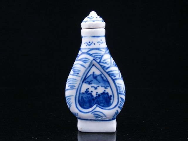 15: ANTIQUE CHINESE PAINTED PORCELAIN SNUFF BOTTLE