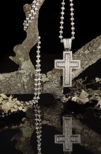 646: 18 Kt White Gold and Diamond Pendant Cross
