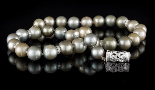 718: 14 Kt. Gold, Diamond and Tahitian Pearl Necklace