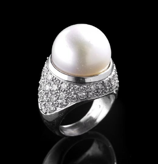 848: Fine Lady's Platinum, Pearl and Diamond Ring