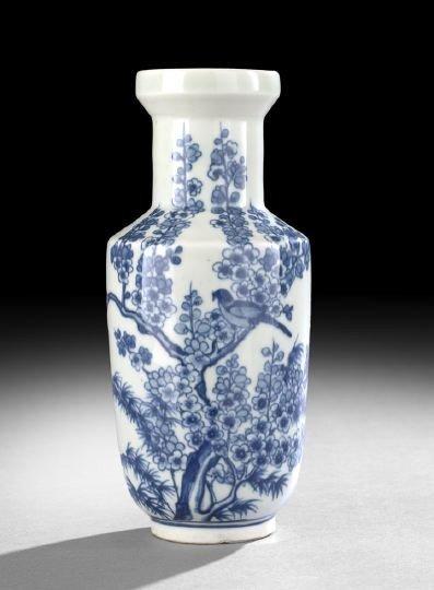 540: Chinese Blue-and-White Porcelain Vase