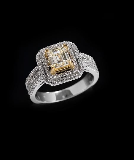 1172: 18 Kt. White Gold and Diamond Ring