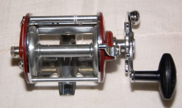 14: Pflueger Bond Red Reel in good condition, NO box
