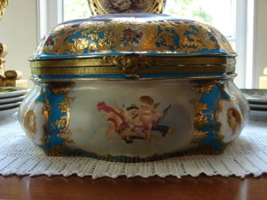 LIMOGE FRENCH PAINTED GOLD GILTED LARGE TRINKET BOX