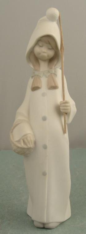 Lladro Shepherdess Girl with Basket # 4678 Figurine