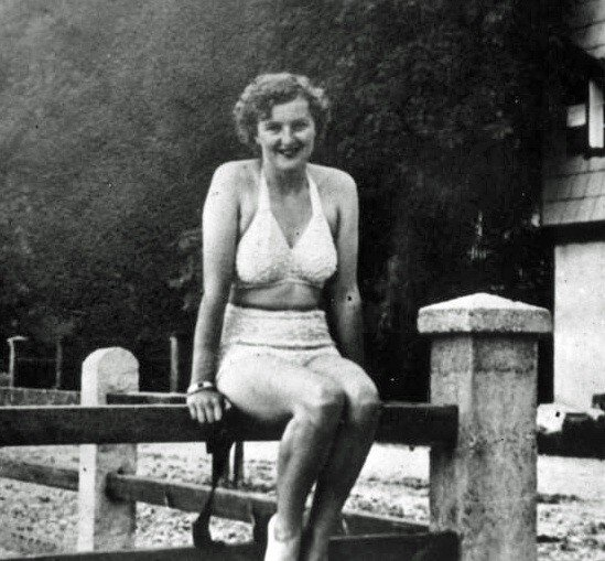 PHOTO - Eva Braun- Hitlers Girlfriend in swimsuit - Rea