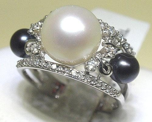 Black & White Pearl and Diamond Ring 18K Wt Gold Size 7