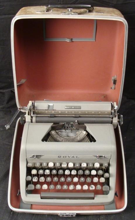 Vintage Royal Quiet De Luxe Typewriter W/ Case Manual