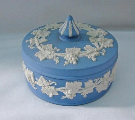 WEDGWOOD Round covered box H 2in Dia 5in MWF339F