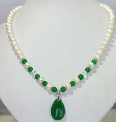 Lovely Pearl and green jade pendant Necklace measures