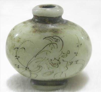Chinese jade Snuff Bottle depicting Bird