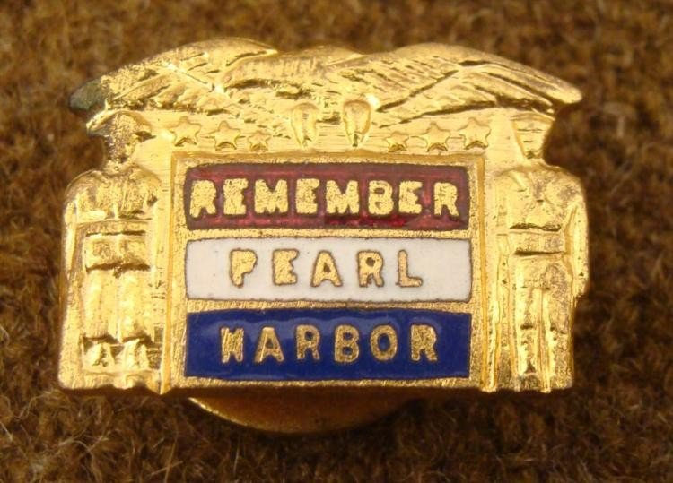 WWII REMEMBER PEARL HARBOR GILT BUTTON HOLE PIN