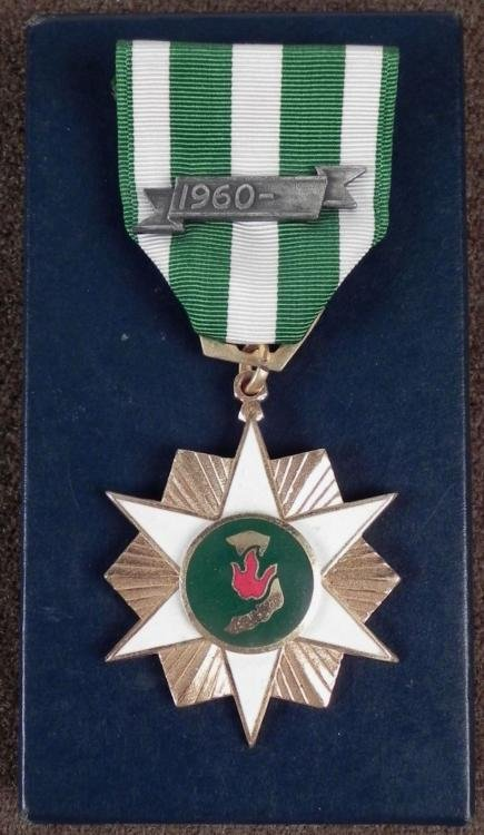 BOXED ORIGINAL 196 VIETNAM SERVICE MEDAL RIBBON & BAR