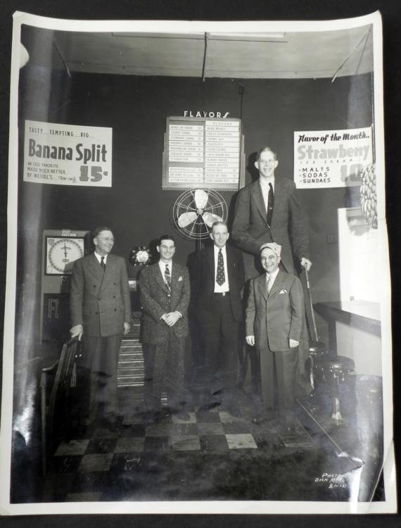 Robert Wadlow Tallest Man Vint Photo In Ice Cream Shop