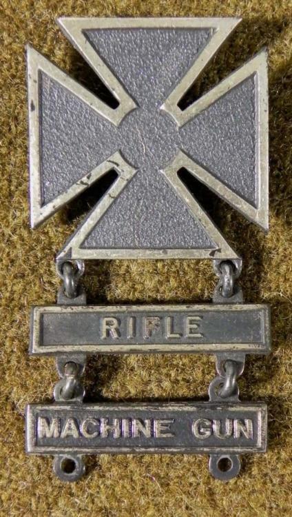 US WWII MARKSMANSHIP BADGE W/RIFLE & MACHINE GUN BARS