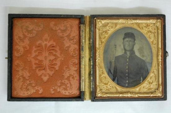 ET0523120030 AMBROTYPE CIVIL WAR SOLDIER WITH RIFLE W/