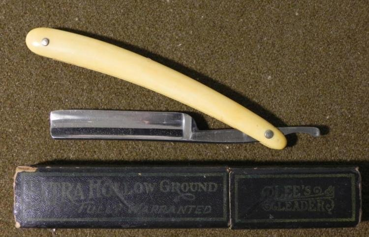 EARLY 20TH CENTURY SWEDISH STRAIGHT RAZOR WITH BOX