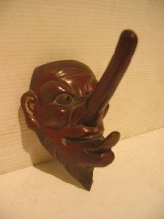 29D: Masque en tôle façon bronze