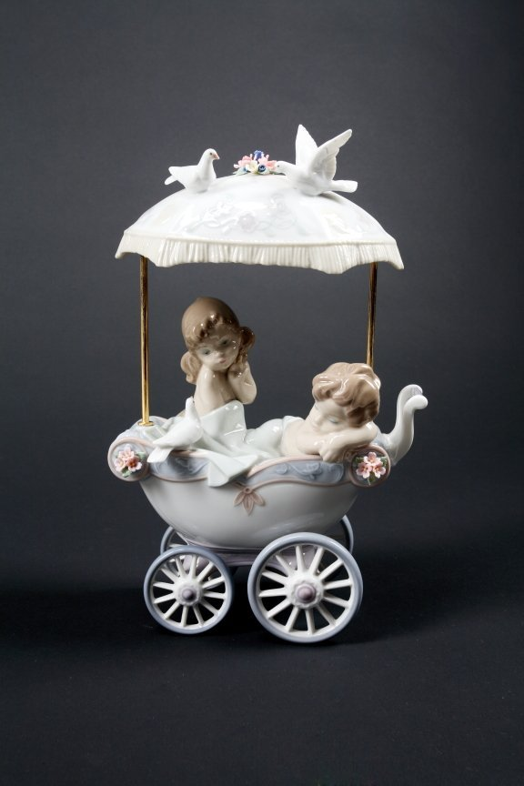 328: LLADRO FIGURAL GROUP OF TWO CHILDREN