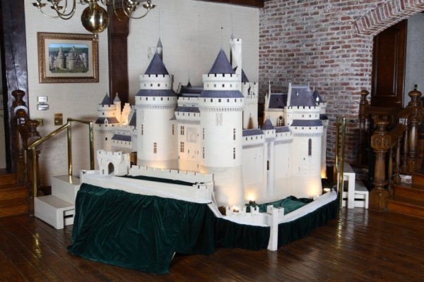 848: MONUMENTAL MODEL OF THE CASTLE OF PIERREFONDS