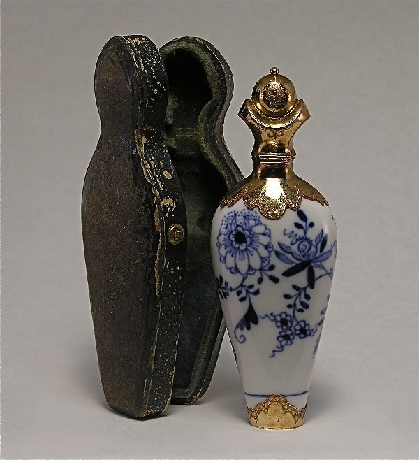 18: Meissen Scent Bottle Blue Onion Pattern/Gold Cap