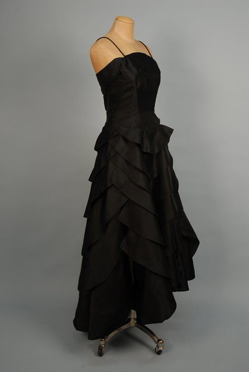 524: BLACK SILK SATIN GOWN, 1950s Fitted bodice with sp