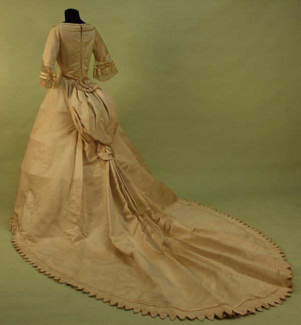 300: FRENCH TRAINED IVORY SILK BENGALINE WEDDING GOWN,