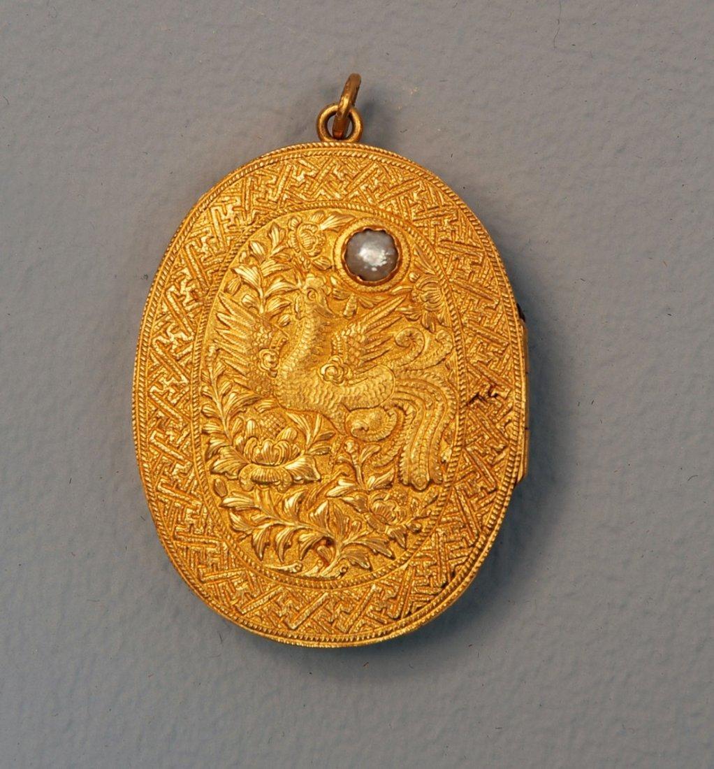 24A: HIGH KARAT GOLD SNUFF BOX, 19th C. Hinged oval ela