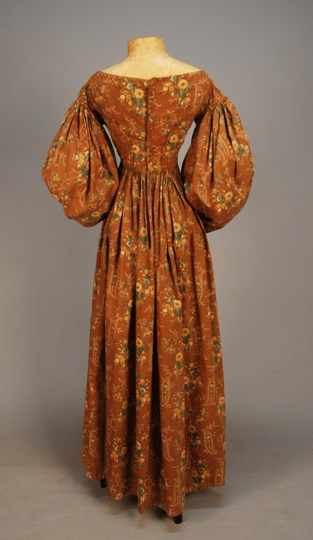 447: FLORAL PRINTED COTTON DAY DRESS, 1830's. Brown gro - 3