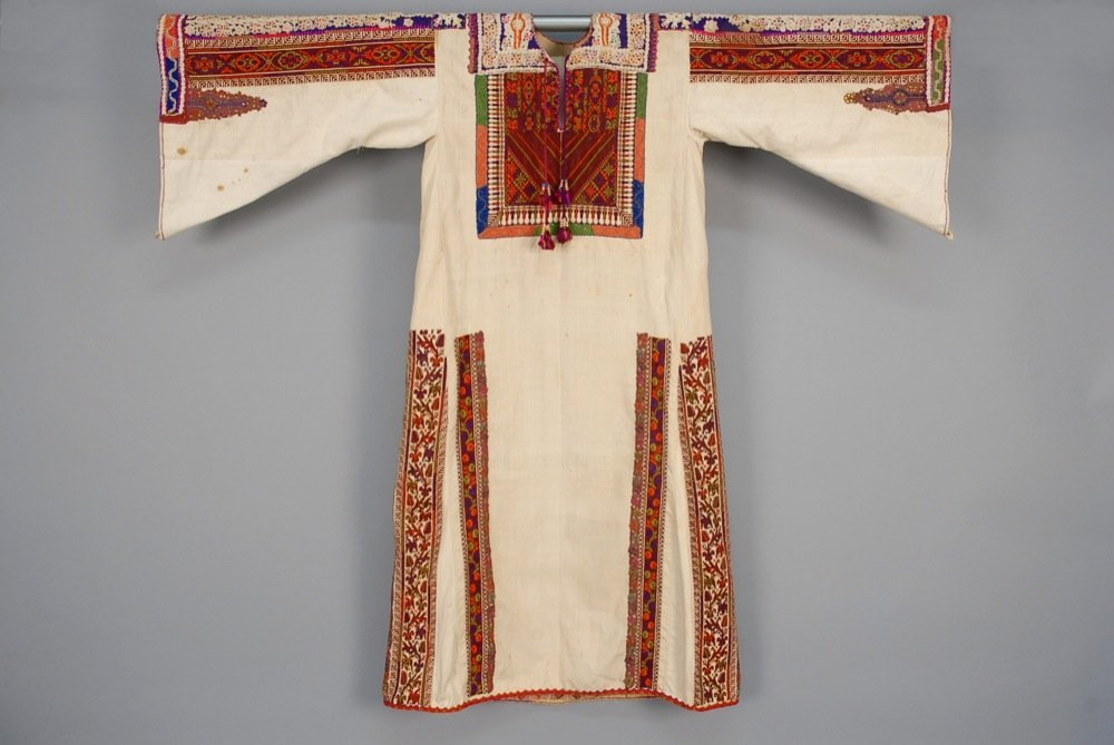 EMBROIDERED PALESTINIAN CAFTAN, MID 20th C. Natural
