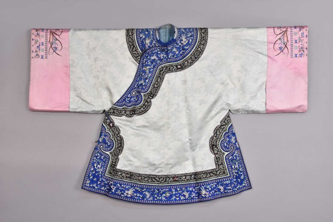 CHINESE SILK EMBROIDERED ROBE, EARLY 20th C