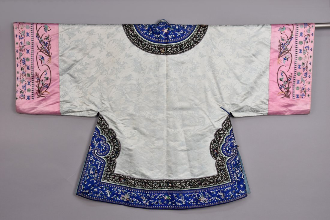 CHINESE SILK EMBROIDERED ROBE, EARLY 20th C - 3