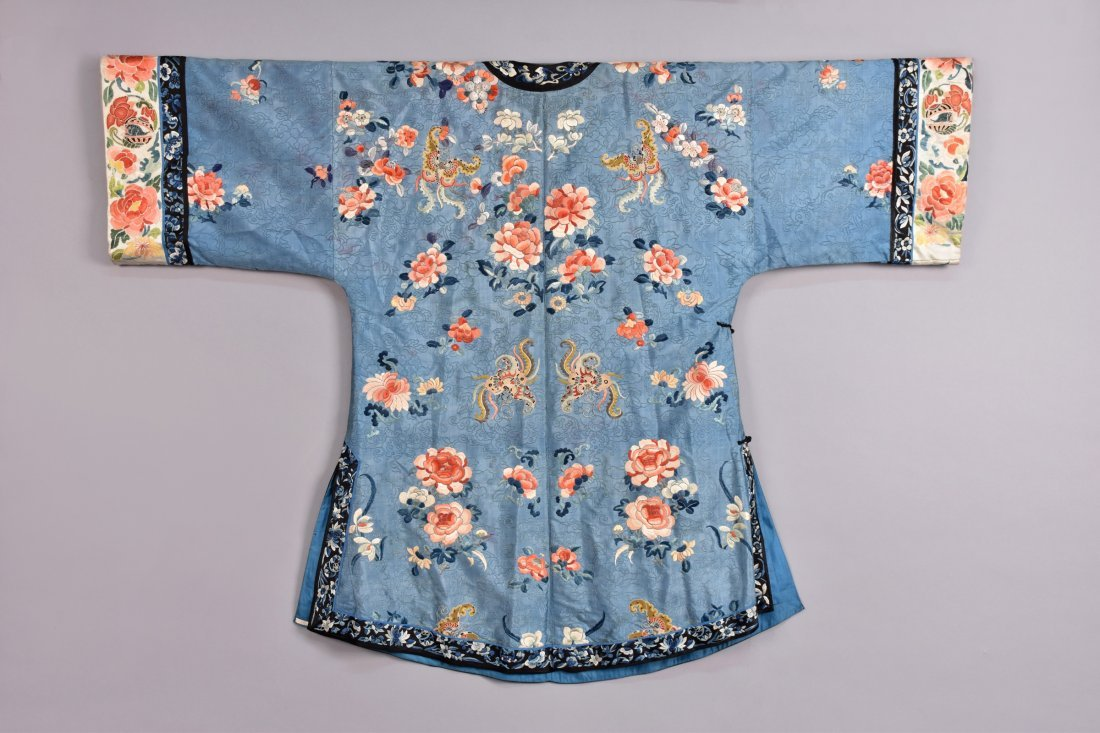 CHINESE SILK EMBROIDERED ROBE, EARLY 20th C. - 4