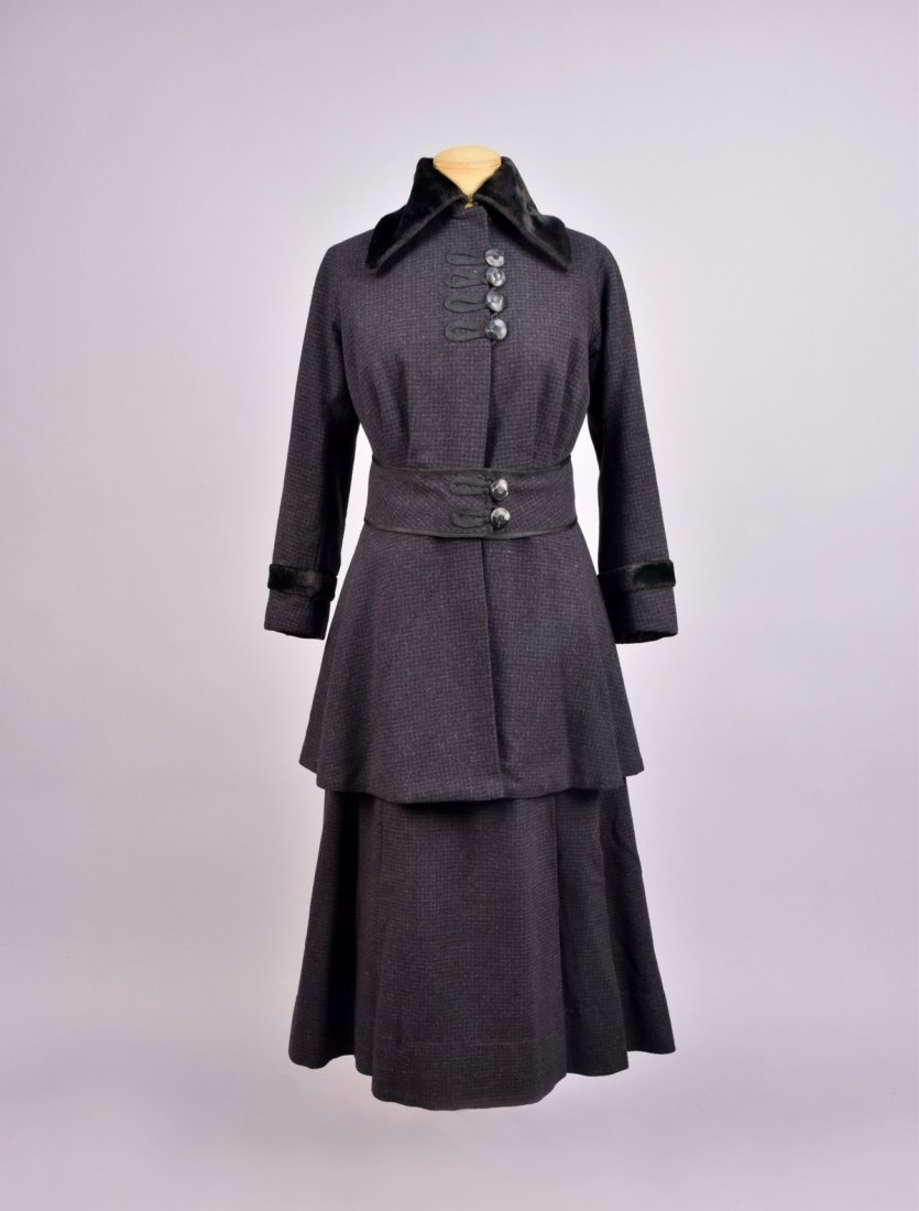 LADYS CHECKED WOOL WALKING SUIT, 1914 - 1918.