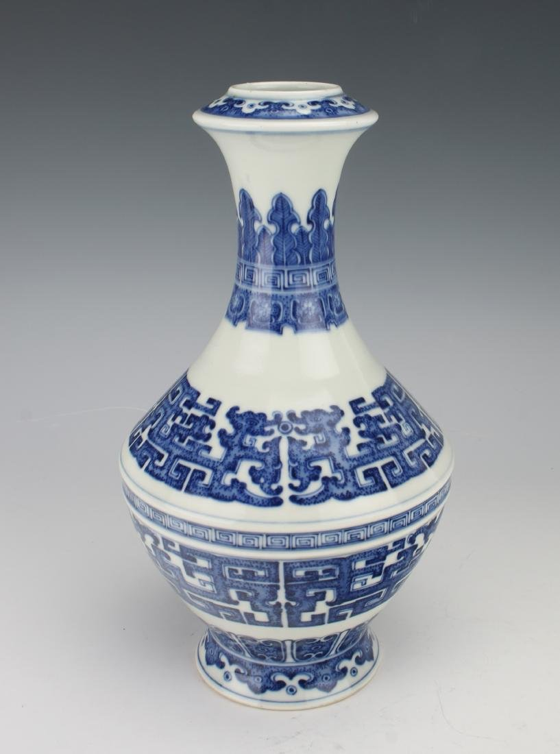 BLUE AND WHITE QIANLONG ARCHAIC PATTERNED VASE